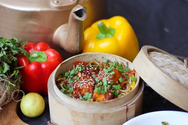Essen mit garnierelementen Premium Fotos
