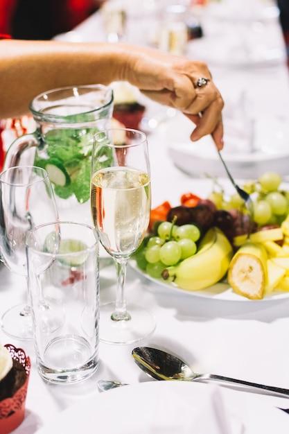 Essen Von Einem Obstteller Auf Einer Hochzeitsfeier Download Der