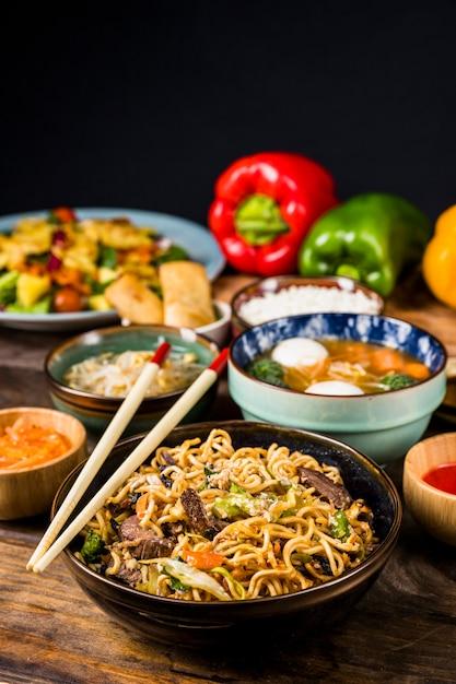 Essstäbchen über den schüsseln der thailändischen küche Kostenlose Fotos