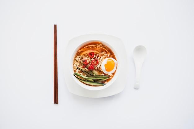 Essstäbchen und löffel in der nähe von asiatischen soop Kostenlose Fotos