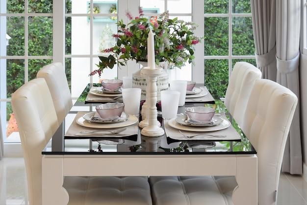 Esstisch und bequeme stühle im vintage-stil mit elegantem gedeck Premium Fotos