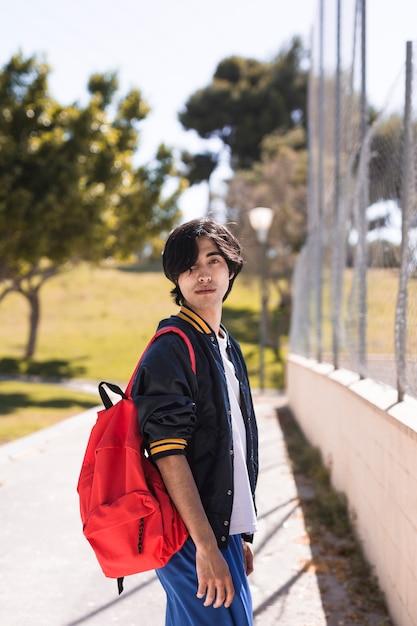 Ethnischer schüler nach der schule im park Kostenlose Fotos