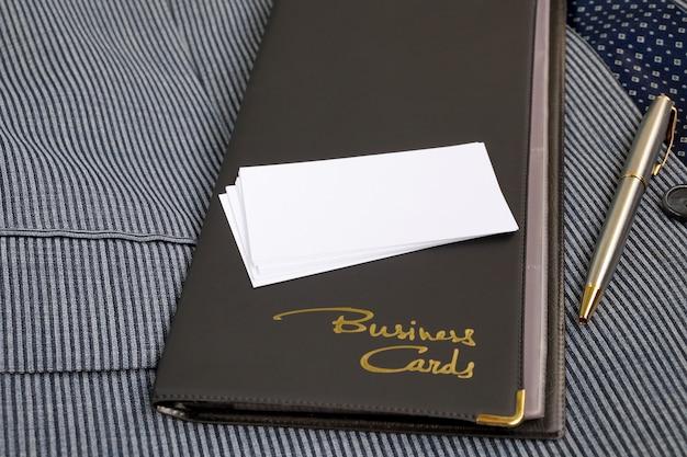 Etui für visitenkarten aus lederersatz und leere visitenkarten Premium Fotos