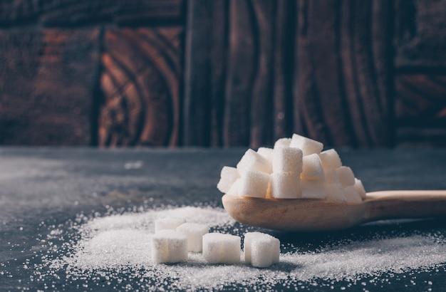 Etwas weißer zucker in einem löffel, seitenansicht. Kostenlose Fotos