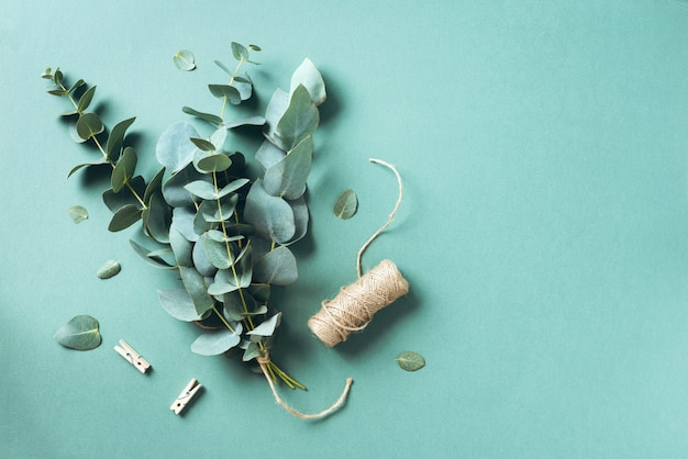 Eukalyptusblumenstrauß, der mit babyblaueukalyptusniederlassungen schafft Premium Fotos