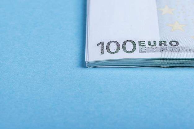 Eurobargeld auf blau und rosa. euro-geld-banknoten. Premium Fotos