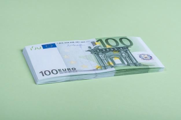 Eurobargeld auf einem grünen hintergrund Premium Fotos