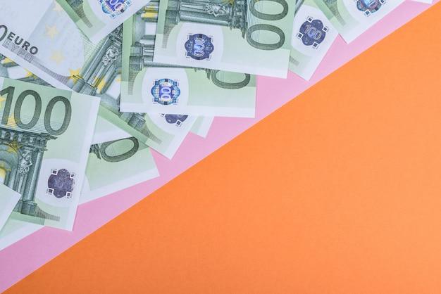 Eurobargeld auf einem rosa und einem orange. Premium Fotos