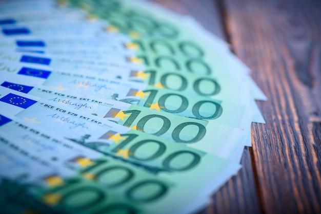 Eurobargeldbanknoten auf einem dunklen hölzernen hintergrund. Premium Fotos
