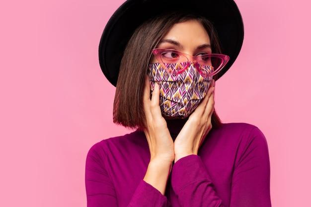 Europäische modell gekleidete schützende stilvolle gesichtsmaske. trägt schwarzen hut und sonnenbrille. Kostenlose Fotos