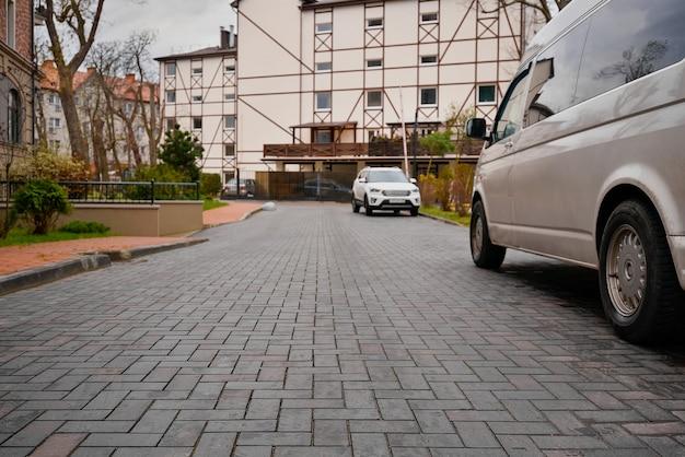 Europäische straße, eine reihe von autos, ein blick auf die straße von unten nach oben. Premium Fotos