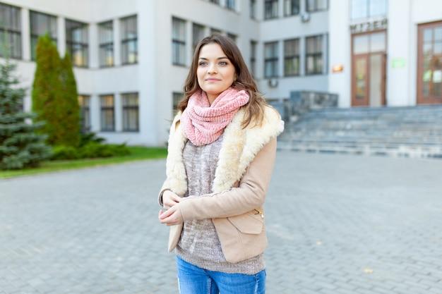 Europäisches mädchen geht straßen mit bürogebäuden. Premium Fotos