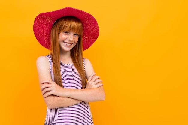Europäisches rothaariges mädchen in einem sommerrothut Premium Fotos