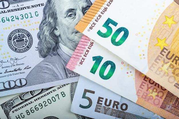 Eurorechnungen. verschiedene bezeichnungen auf grau Premium Fotos