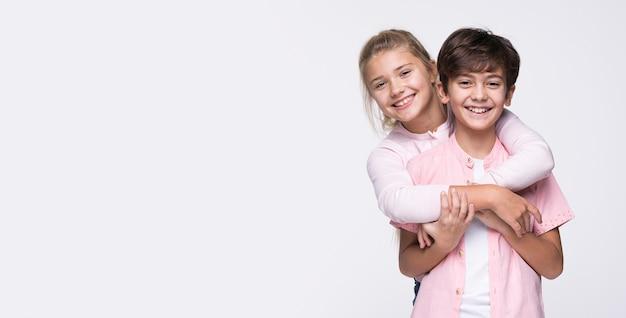 Exemplar-raum schwester, die bruder umarmt Kostenlose Fotos