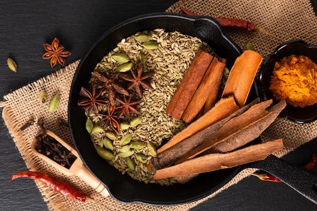 Exotic herbal food konzept mix aus den bio-gewürzen in slilet-besetzung Premium Fotos