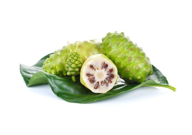 Exotische frucht - noni frucht auf weißem hintergrund Premium Fotos