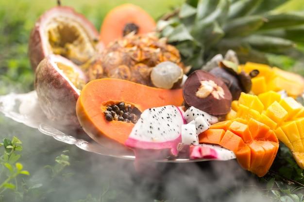 Exotische früchte im rauch Kostenlose Fotos