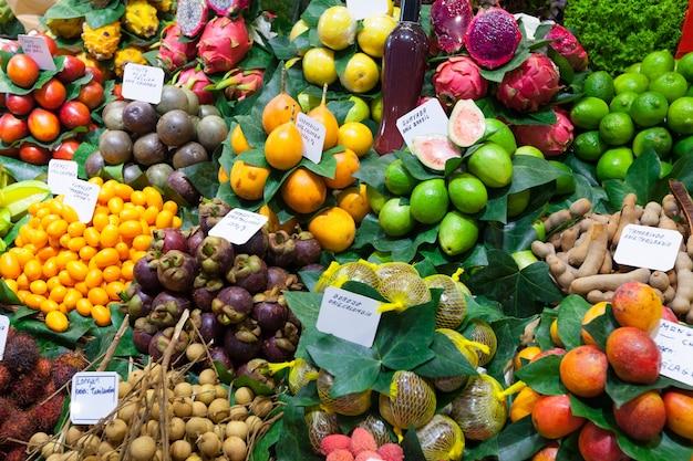 Exotische früchte und beeren auf spanischem markt Kostenlose Fotos