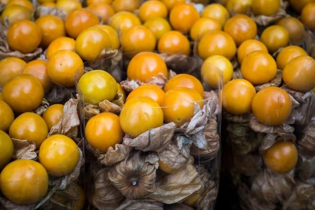 Exotische physalisfrucht auf einem markt Kostenlose Fotos