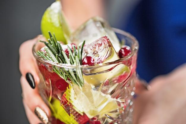 Exotischer cocktail und frauenhänden Kostenlose Fotos