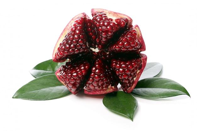 Exotischer und köstlicher granatapfel auf weißem hintergrund Kostenlose Fotos