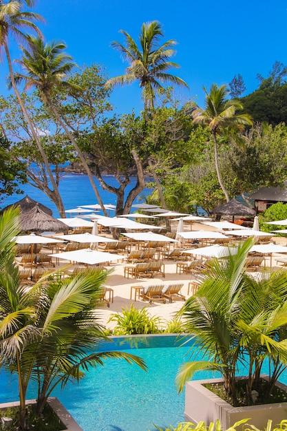 Exotisches luxushotel auf den seychellen Premium Fotos