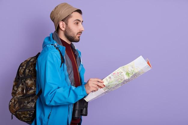 Expeditor backpacker karte blick orientierungslauf richtung Premium Fotos