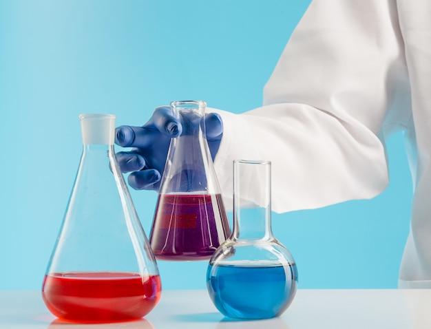 Experimente in einem chemielabor Kostenlose Fotos