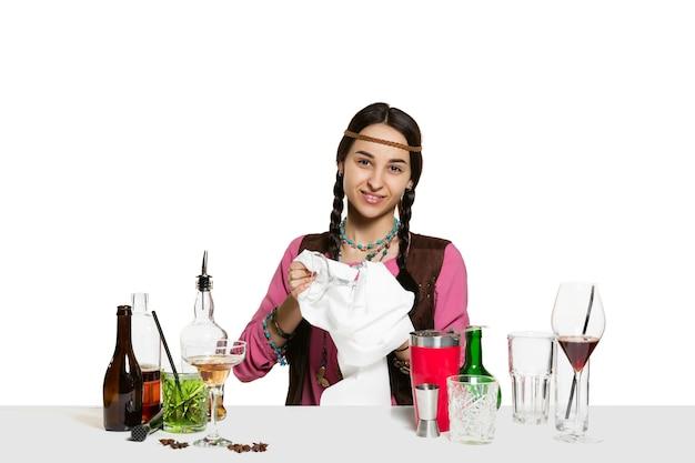 Expert weiblicher barmann macht cocktail im studio isoliert auf weiß Kostenlose Fotos