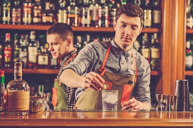 Experte barkeeper macht cocktail im nachtclub. Kostenlose Fotos