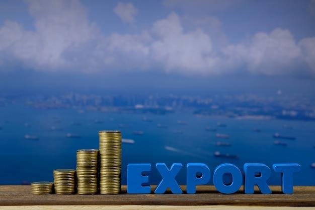 Exportieren sie text und stapel der münze auf holz mit meerblick- und frachtschiffhintergrund Premium Fotos