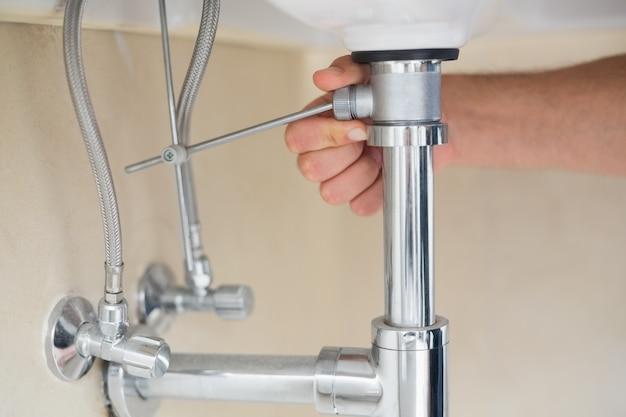 Extreme nahaufnahme eines klempnerhand- und waschbeckenabflusses Premium Fotos