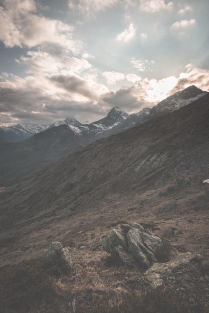 Extremes gelände der großen höhe, felsiger berggipfel mit szenischem drastischem stürmischem himmel Premium Fotos