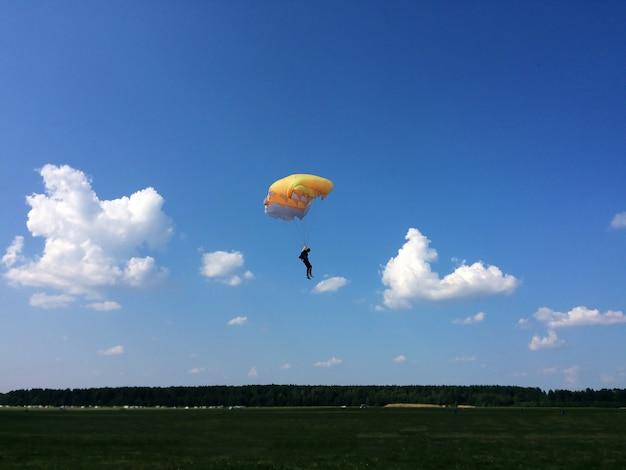 Extremsport, fallschirmjäger landet am boden Premium Fotos
