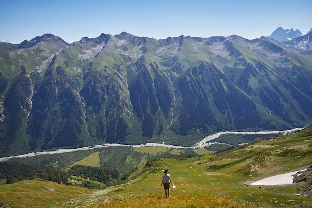 Fabelhafte berge des kaukasus im sommer Premium Fotos