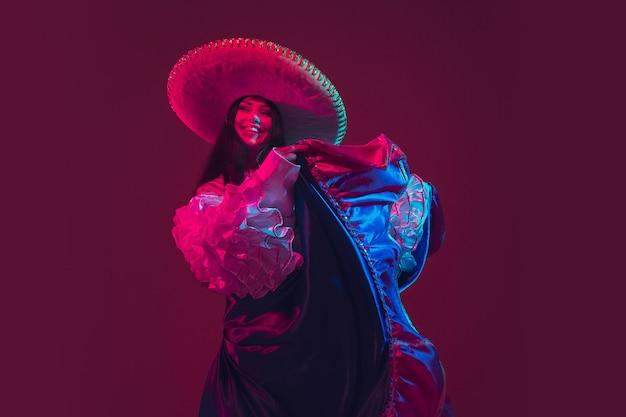 Fabelhafte tänzerin cinco de mayo auf lila im neonlicht Kostenlose Fotos