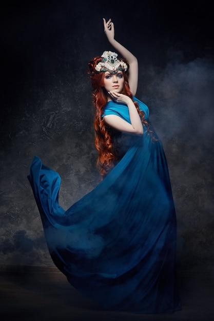 Fabelhafter blick des rothaarigemädchens, blaues langes kleidermake-up Premium Fotos