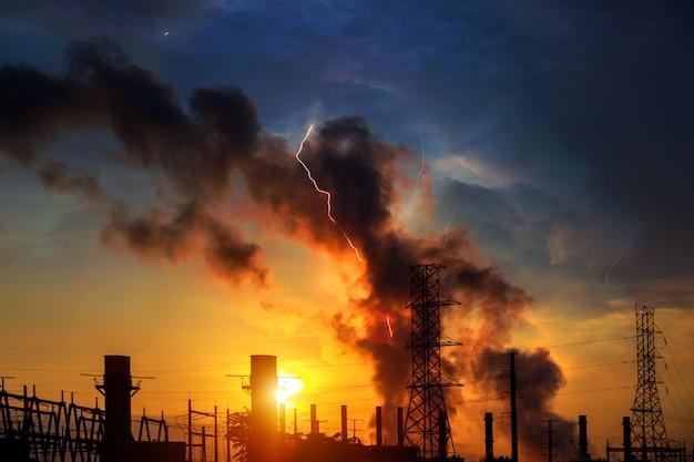 Fabrik - öl- und gasindustrie dramatischer himmel sonnenuntergang und blitz Premium Fotos