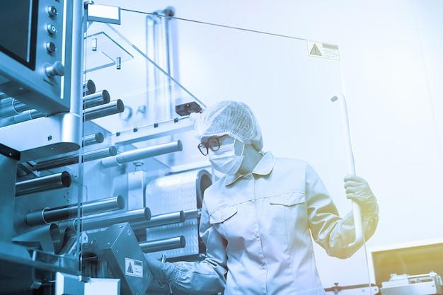 Fabrikarbeiter arbeiten mit maschine Premium Fotos
