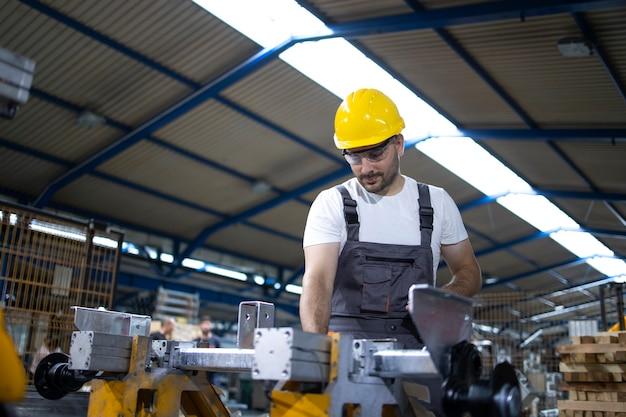 Fabrikarbeiter, der industriemaschine bedient Kostenlose Fotos