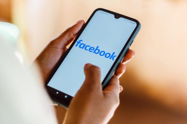 Facebook-logo auf einem smartphone angezeigt Premium Fotos