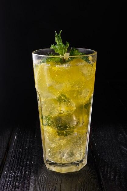 Facettiertes glas mit kalter zitronenlimonade Premium Fotos