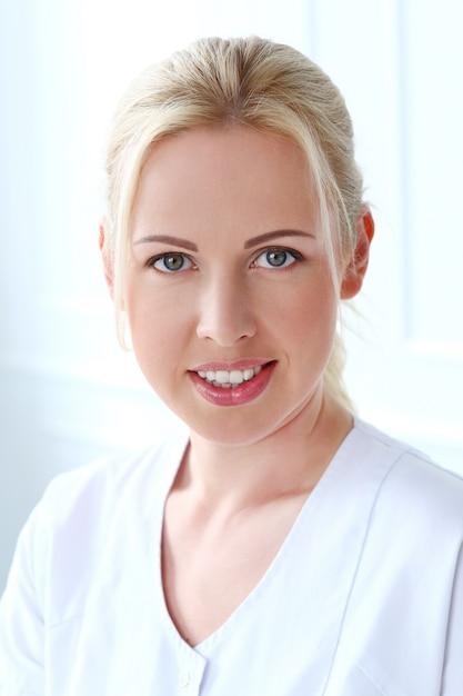 Fachmann. schöne kosmetikerin mit süßem lächeln Kostenlose Fotos