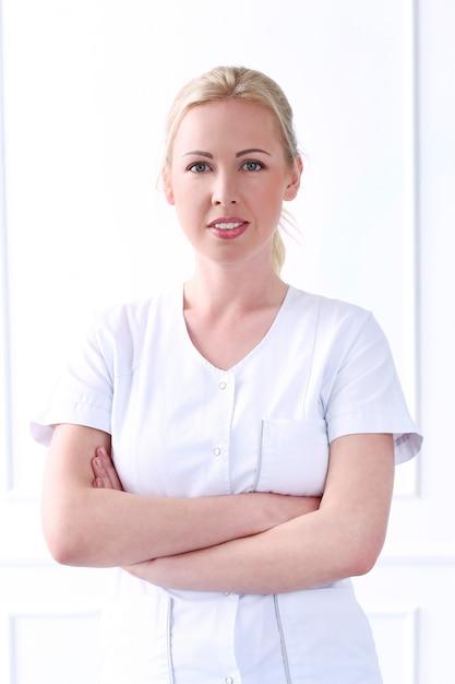 Fachmann. schöne kosmetikerin mit wunderschönem gesicht Kostenlose Fotos
