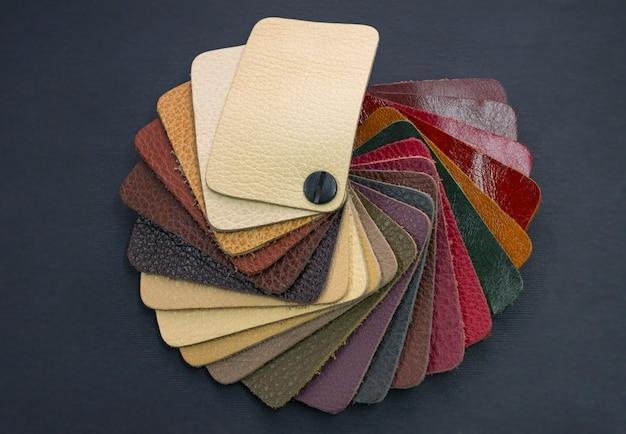 Fächerkatalog mit farbigen ledermustern Premium Fotos