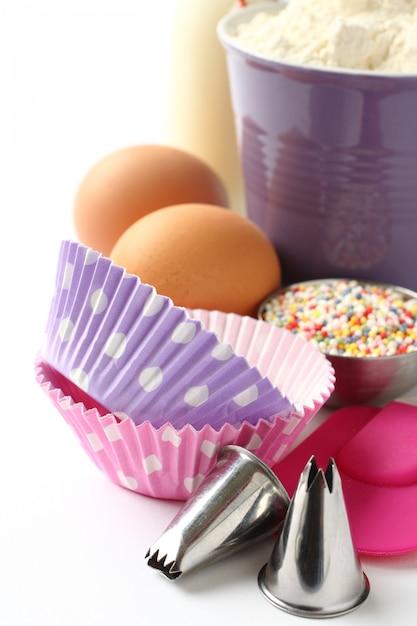 Fälle und bestandteile des kleinen kuchens über weiß mit copyspace Premium Fotos