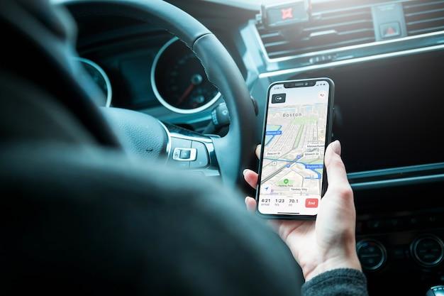 Fahrer, der modernen handy mit karten-gps-navigation im auto verwendet. Premium Fotos