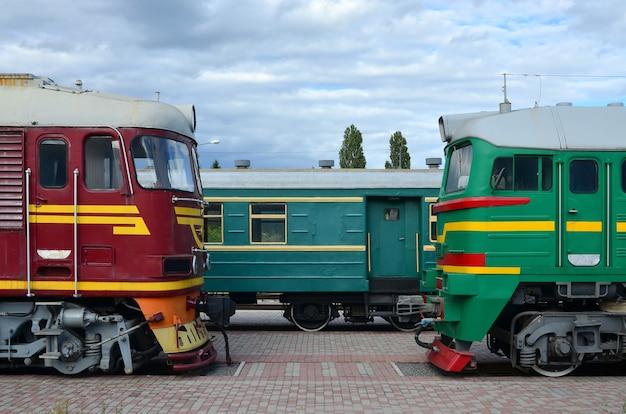 Fahrerhäuser der modernen russischen elektrischen züge. seitenansicht der von Premium Fotos