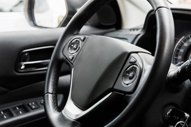 Fahrersitz des autos. innenraum des autos. schwarzes interieur Premium Fotos